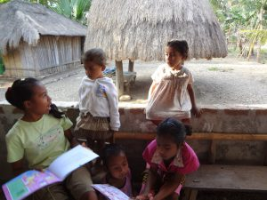 foto anak di Taman Bacaan Pelangi di Atambua, Timor
