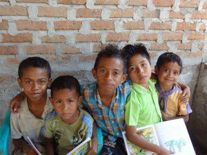 foto anak-anak tersenyum di Taman Bacaan Pelangi di Atambua, Timor, NTT
