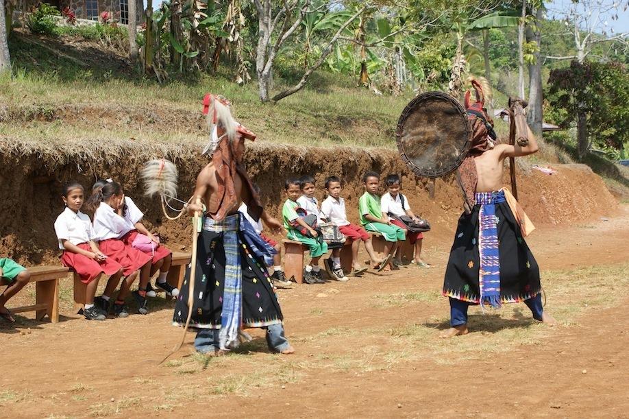"tarian tradisional Manggarai Barat ""Caci"" yang dibawakan oleh anak di Taman Bacaan Pelangi"