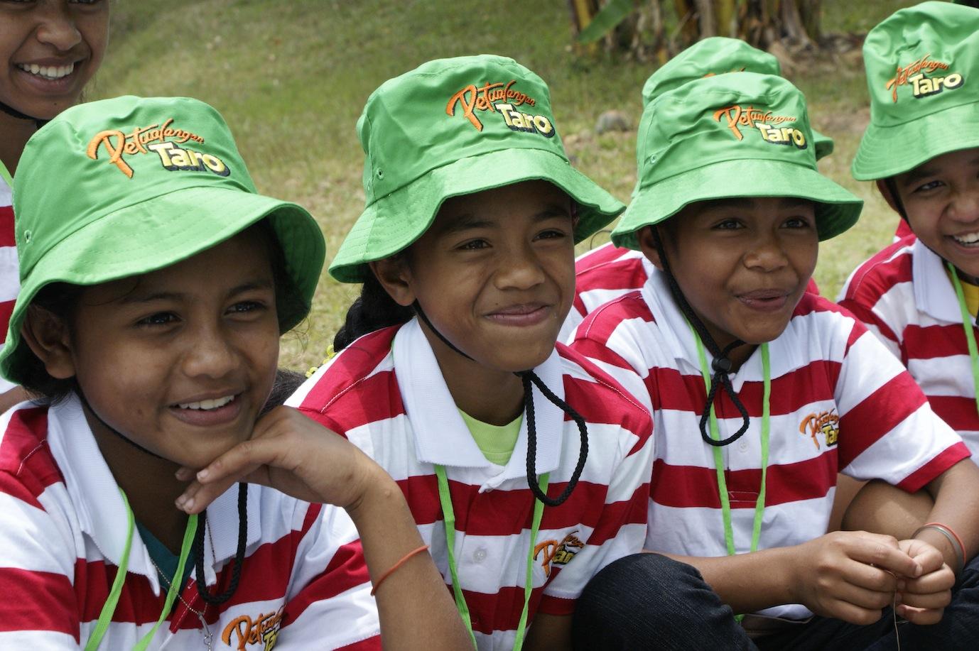 Anak di Taman Bacaan Pelangi tersenyum pada acara bersama Petualangan Taro di Kampung Roe