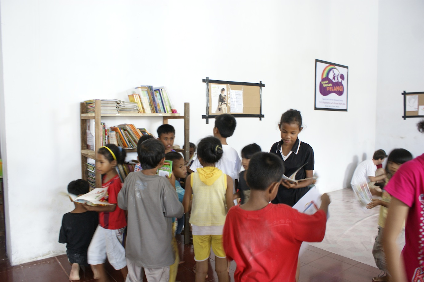 kids got excited with books at Taman Bacaan Pelangi in Banda Neira, Maluku
