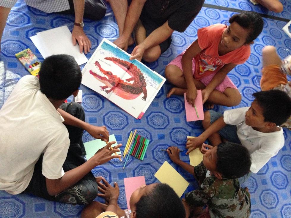Belajar Menggambar di Taman Bacaan Pelangi di Pulau Banda Neira, Maluku