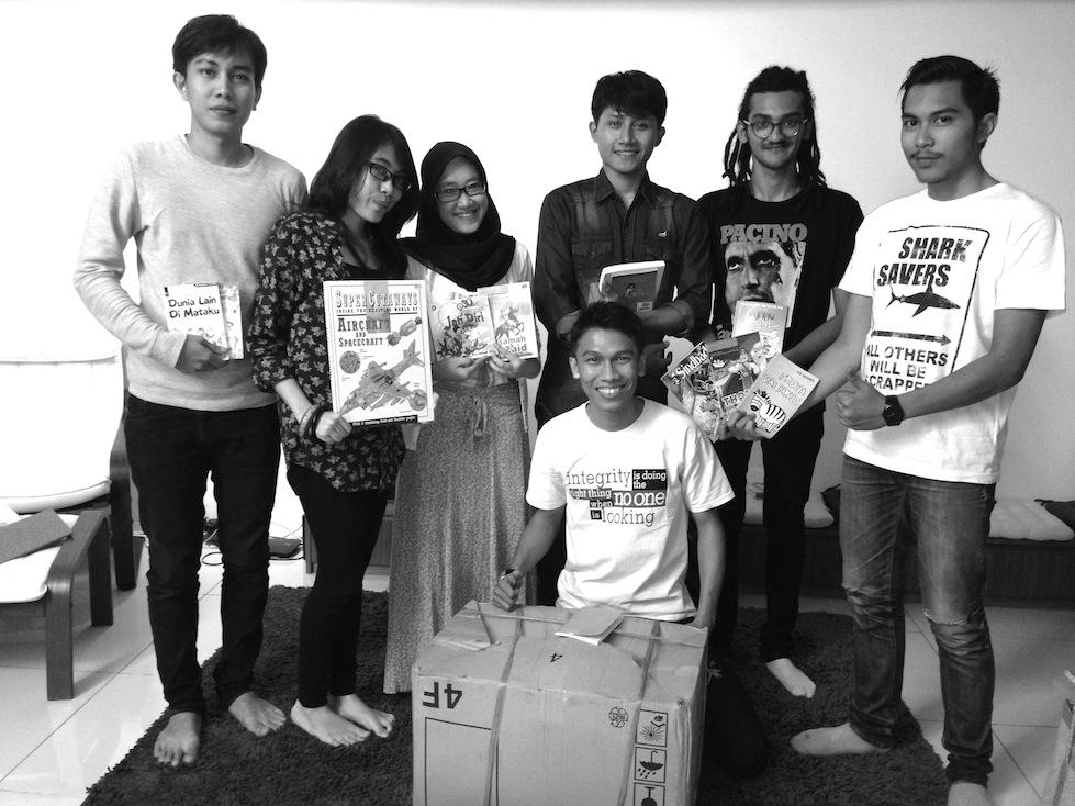 Mahasiswa Paramadina mendonasikan buku utk Taman Bacaan Pelangi
