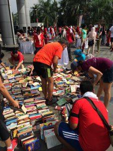 Foto 1: Para Pengunjung sibuk memilih buku