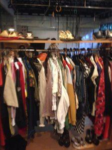 Foto 1: Berbagai baju dan sepatu bermerek dijual dengan harga terjangkau