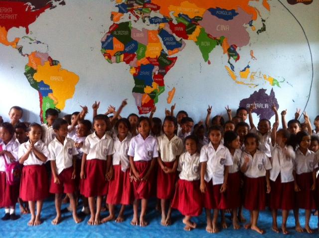 Kegembiraan Anak-anak Perpustakaan Taman Bacaan Pelangi di SDK Melo