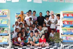 Nuansa Adat Manggarai dalam Peresmian Perpustakaan Taman Bacaan Pelangi di SDI Merombok, Flores