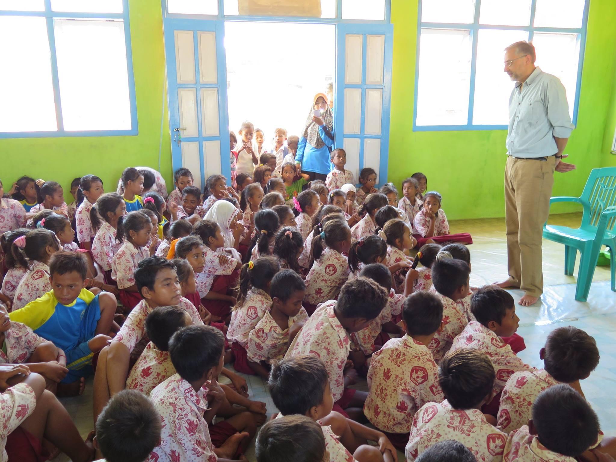 Duta Besar Inggris Berkunjung ke Perpustakaan di Pulau Papagarang, Flores