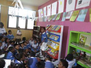 Delvin sedang bercerita MOP, cerita humor khas Papua