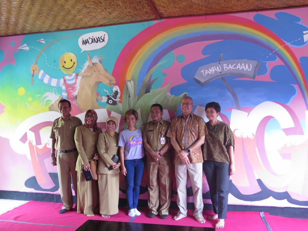 Group photo: teachers, SDN Nijang's School Principal Ibu Ritawati, Founder TBP Nila Tanzil, Head of Education Office Sudirman Malik, Bp. Wimbanu & Ibu Rita Widyatmoko