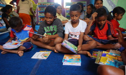 Para Juara 'Big Book Competition' Menerima Hadiah Buku