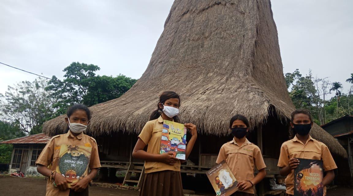 Semangat Anak-anak Woloara Membaca Buku