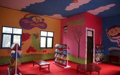 Perpustakaan Taman Bacaan Pelangi pertama di Tanah Mandar